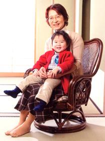 回転椅子に座るおばあちゃん